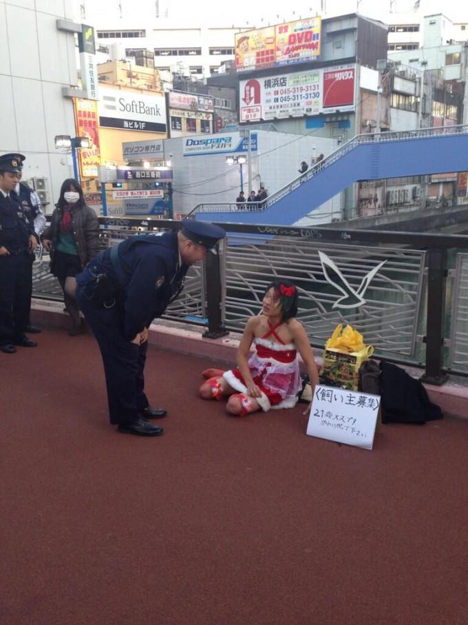 変な人! クリスマスの横浜で、警官に職務質問をされている21歳メス(笑)【面白画像】otacos_0006