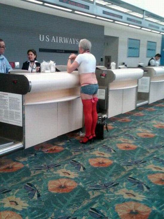 2度見しちゃう! USエアウェイズの手荷物受付カウンターにいた人の格好がおかしい(笑)【面白画像】otacos_0009