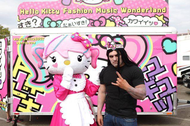 さすがキティちゃん! 音楽イベントでキティちゃんと180度違うタイプのファンにも快く対応(笑)【面白画像】otacos_0010