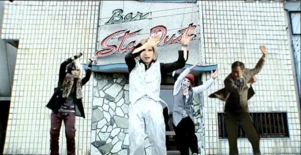 面白画像 どこにでも現れる! ゴールデンボンバー『女々しくて』のPVに大和田常務がゲスト出演(笑)【面白画像】talent_0016