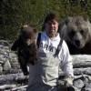 とったどー! 狩りで子熊を捕まえて記念写真を撮っている背後に…(笑)