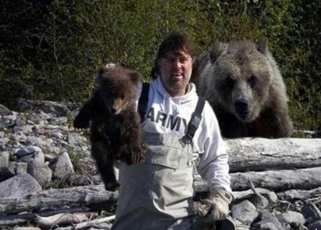 面白画像 面白画像 とったどー! 狩りで子熊を捕まえて記念写真を撮っている背後に…(笑)animal_0002