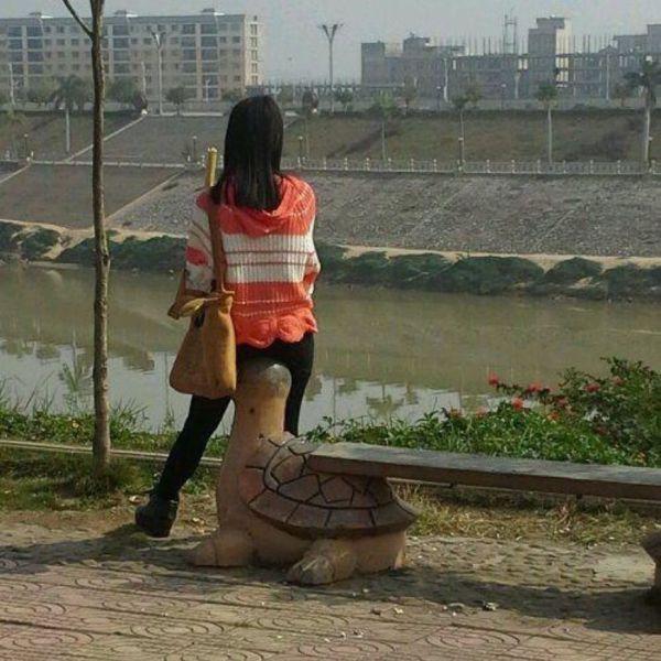 【面白画像】黄昏! 公園にある亀の遊具に何気なく座っている女性、覗かれているよう(笑)hhh_0006