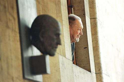 【面白画像】奇跡的瞬間! 建物の窓から顔を出した老人とビルのオブジェが完全一致(笑)iti_0010
