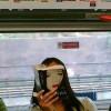 無表情! 電車内で、本を読んでいる女性と本の表紙が完全一致(笑)