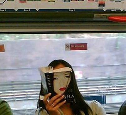 【面白画像】無表情! 電車内で、本を読んでいる女性と本の表紙が完全一致(笑)iti_0019