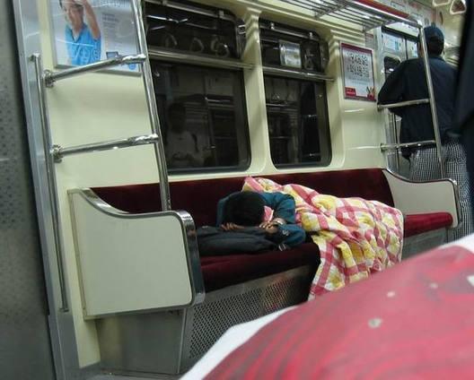 電車内に布団を持参して寝る客!