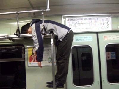 電車内でカラダをくの字に曲げ、網棚で寝る器用な人!