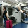 電車内で筋トレ! 電車内のつり革と網棚を使ってカラダを鍛え始める男性(笑)
