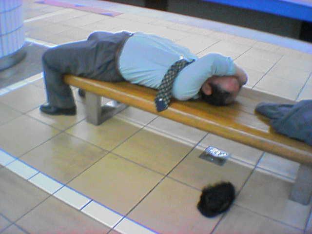 面白画像 悲劇! サラリーマン、駅で酔いつぶれてホームのベンチで寝てしまった結果、カツラが(笑)syame_0008