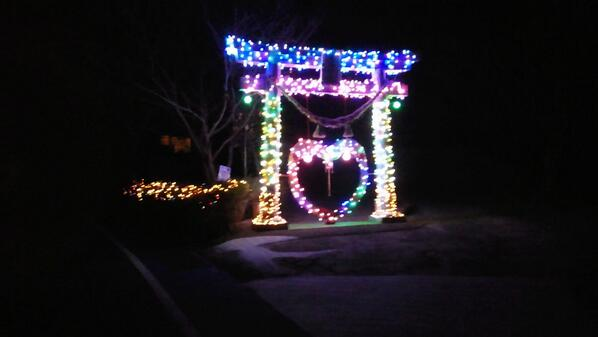 眩しい! クリスマスに神社が参拝客を増やすために鳥居をライトアップ(笑)