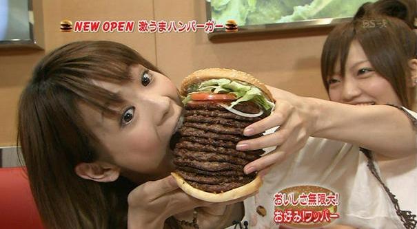 面白画像 大食い!バーガーキングの「お好み!ワッパー」で、大量にパティをアド(追加)したハンバーガーを食べようとする中川翔子(笑)【面白画像】talent_0023
