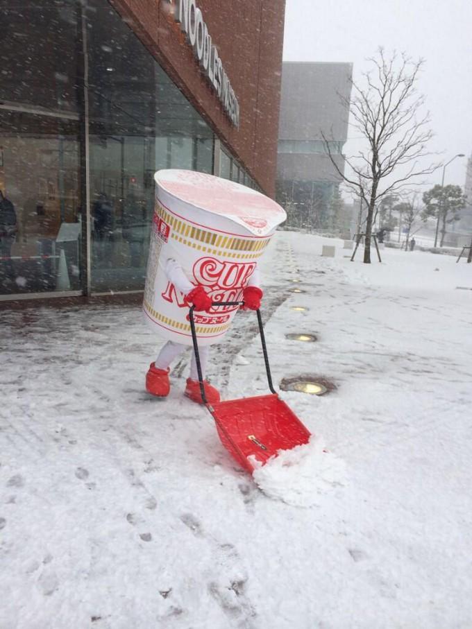 面白画像 横浜の『カップヌードルミュージアム』で雪かきをするカップヌードル(笑)chara_00001