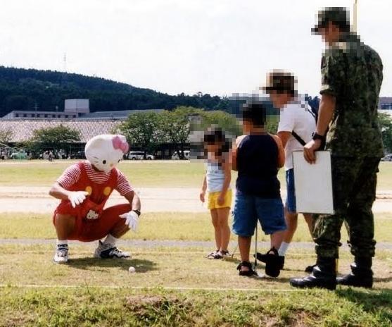 面白画像 リアルなキティちゃん、自衛隊らしき人、子どもたち(笑)chara_0008
