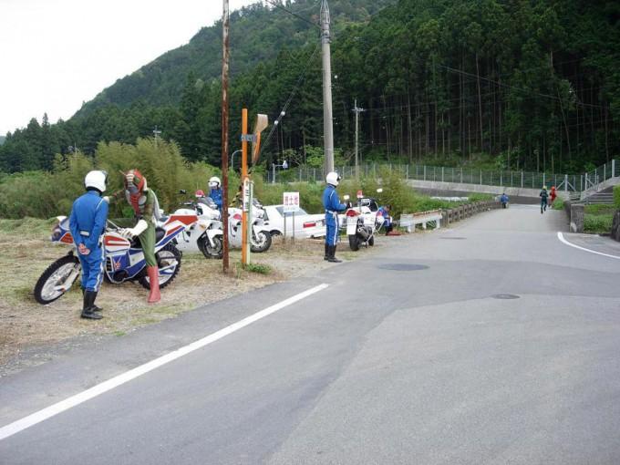 面白画像 『仮面ライダーV3』、交通違反で白バイ警官に止められる(笑)chara_0009
