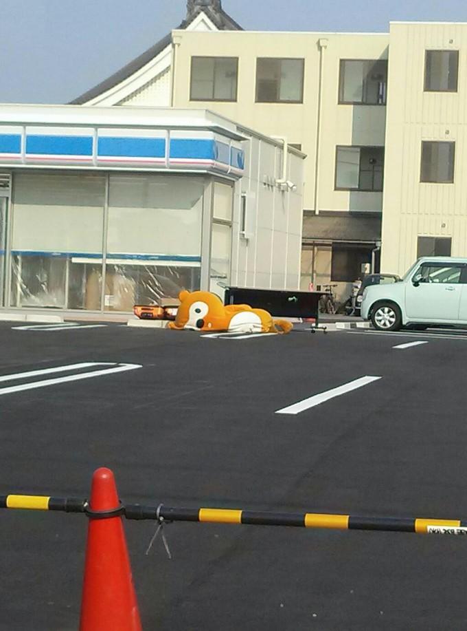 面白画像 新規オープン予定のローソンの前にポンタが倒れてます(笑)chara_0010