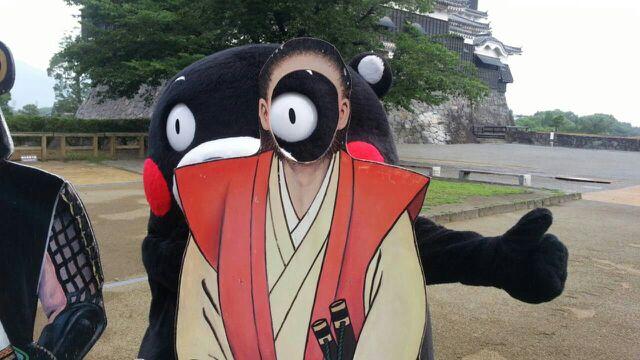 面白画像 熊本城をバックに、宮本武蔵の顔出し看板から目を出す『くまモン』(笑)chara_0016