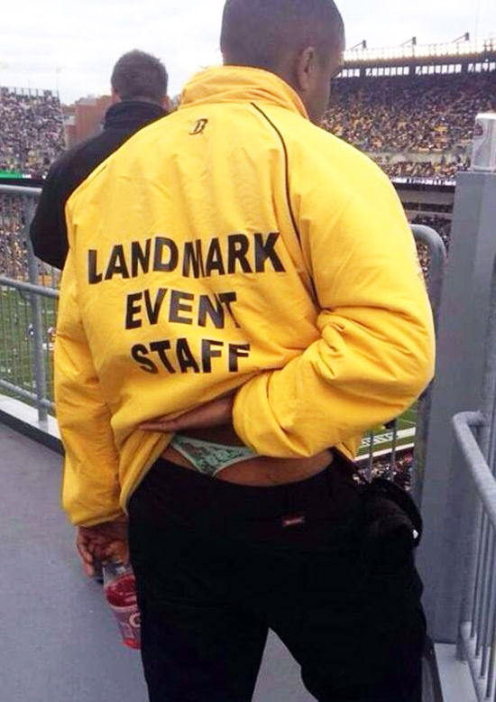 面白画像 スポーツイベントスタッフの男性が履いている下着に驚き(笑)foreign_0001