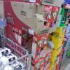 崩れる! スーパーがシリアル食品『ケロッグFroot Loops』を箱積みし過ぎてジェンガ状態(笑)