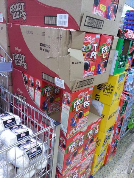 面白画像 スーパーがシリアル食品『ケロッグFroot Loops』を箱積みし過ぎてジェンガ状態(笑)foreign_0008