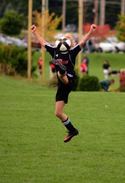 面白画像 グリコ! サッカーでジャンプボレーしようと大きく足を上げたけど、顔面にボール直撃(笑)foreign_0011