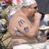 分かりやすい! ビーチにいた太った外国人男性のタトゥーがファーストフードだらけ(笑)