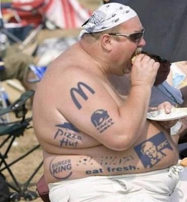 【夏の海おもしろ画像】ビーチにいた太った外国人男性のタトゥーがファーストフードだらけ(笑)