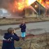 発想がすごい! 家が大火事でも、それを記念撮影をする外国人(笑)