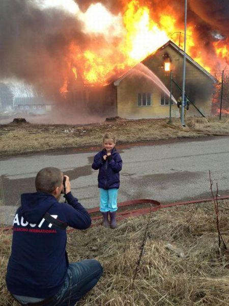 面白画像 家が大火事でも、それを記念撮影をする外国人(笑)foreign_0014