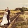 気付いて! 線路で新郎新婦が結婚記念写真の撮影をしていたら、後ろから列車(笑)
