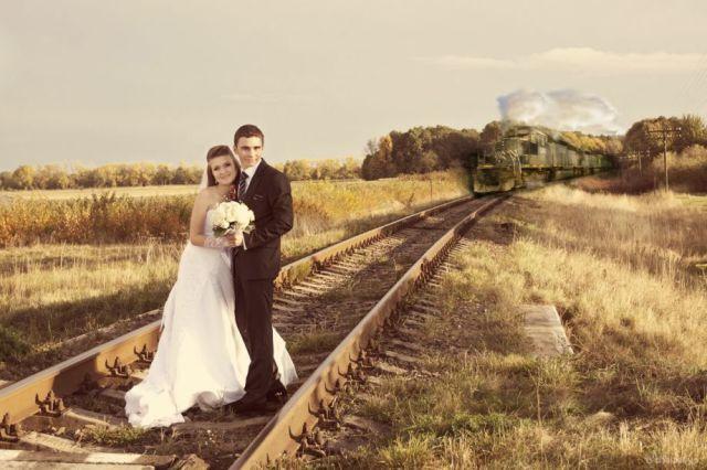 面白画像 線路で新郎新婦が結婚記念写真の撮影をしていたら、後ろから列車(笑)foreign_0017