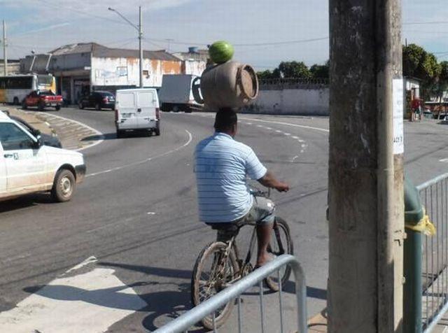 面白画像 曲芸! 自転車に乗りながら壺とスイカを運ぶ男性、まるでサーカスの曲芸師(笑)foreign_0018