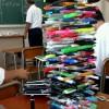 倒壊寸前! 数学の授業中にそびえ立つ、ペンで制作した「ペンタワー」(笑)