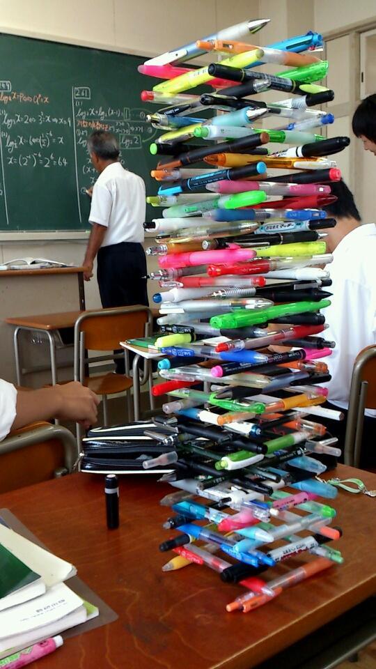 面白画像 数学の授業中にそびえ立つ、ペンで制作した「ペンタワー」(笑)kids_0013