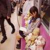 これはNG! 電車内でセーラー服着た女の子がテディベアに囲まれて読書(笑)