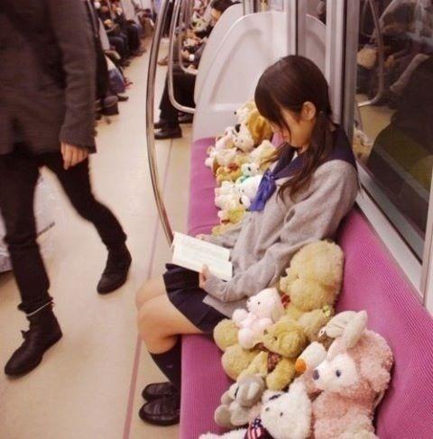 電車内でテディベアに囲まれて読書する女!