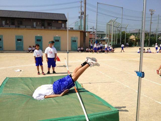 面白画像 体育の授業で幅跳び失敗したらマットに埋まった(笑)kids_0017