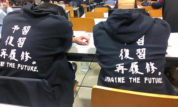 ダメ学生! 大学の講義中に前に座っている2人組のパーカー「予習 復習 再履修。」(笑)