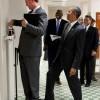 ユーモラス! アメリカのオバマ元大統領、体重計に乗る男性の後ろから悪ふざけ(笑)