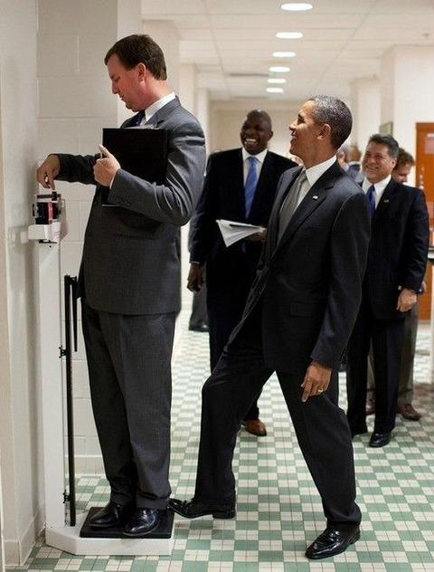 面白画像 アメリカのオバマ大統領、体重計に乗る男性の後ろから悪ふざけ(笑)politics_0003
