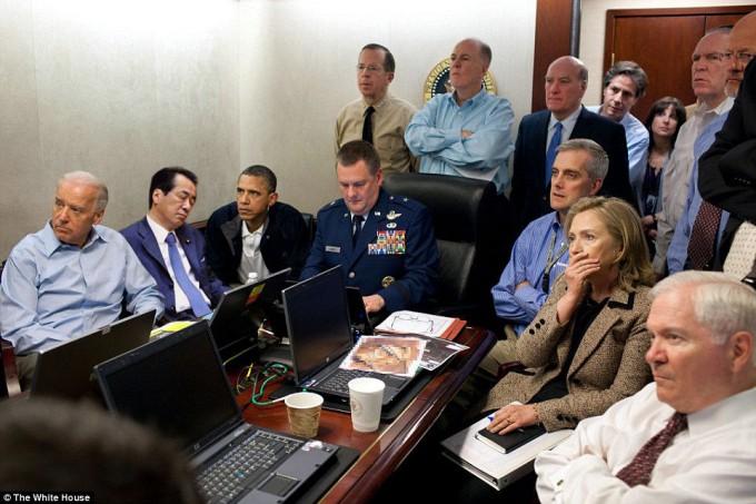 【珍事件おもしろ画像】米軍の特殊部隊による襲撃時、周りが緊張している中での菅直人氏(笑)