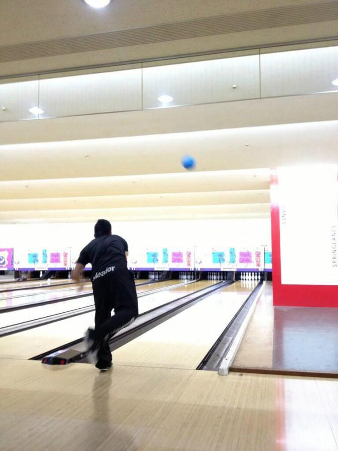 面白画像 ボーリング場でかっこいい投球をするダメな人(笑)syame_0021