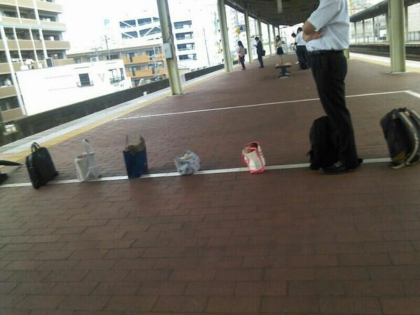 面白画像 駅のホームで電車を待っているカバンの列が信頼で成り立っている感(笑)syame_0022