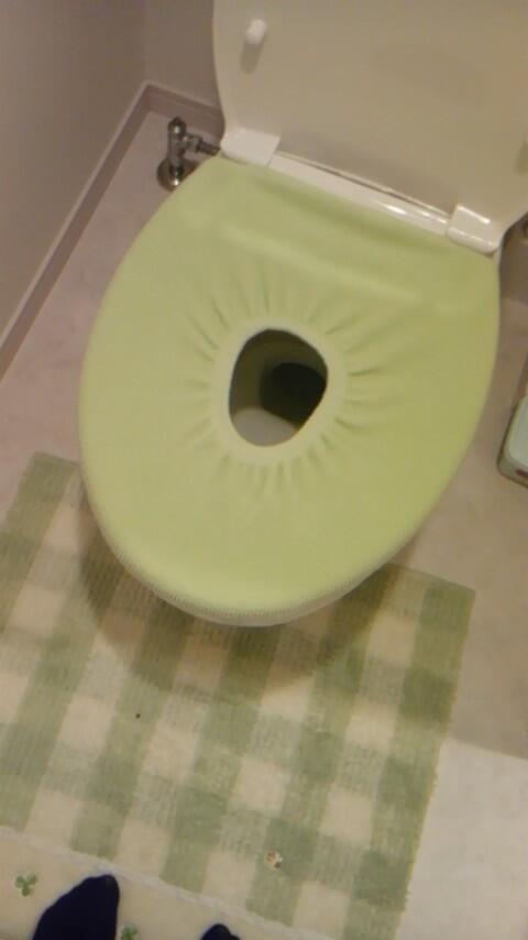 面白画像 トイレの便座カバーの買うサイズを間違え、便座に装着(笑)syame_0026