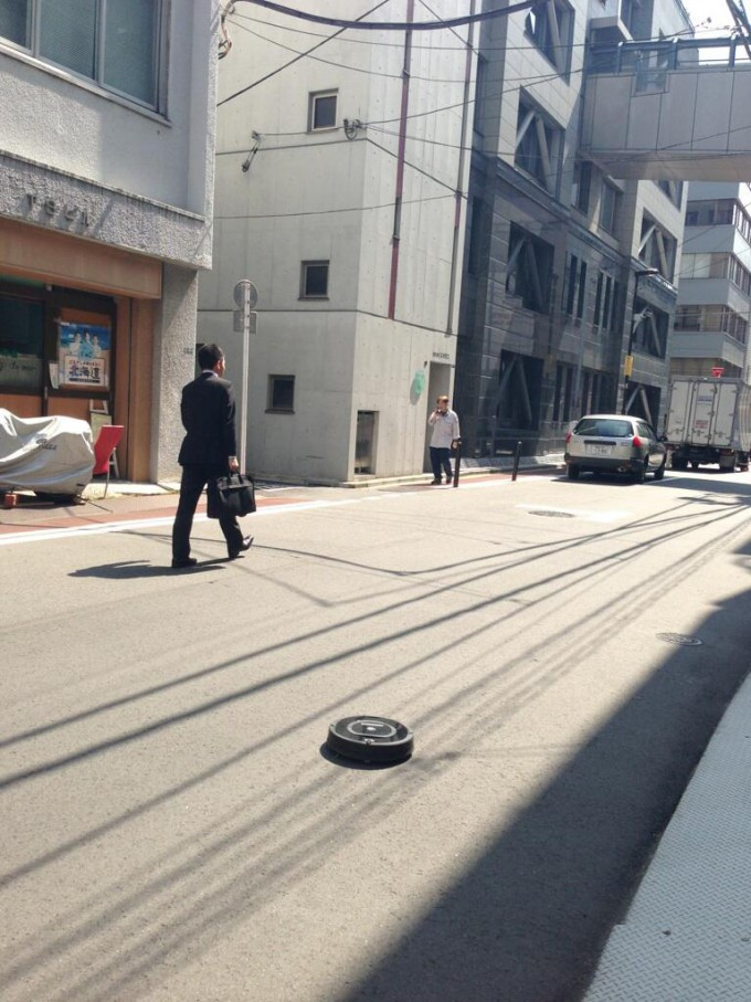 面白画像 街をキレイに! 千代田区神田の路上をキレイにしようとするロボット掃除機『ルンバ』(笑)syame_0036