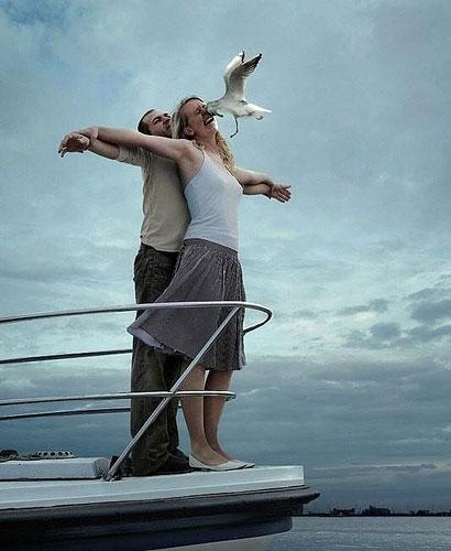 【テレビおもしろ画像】カップルが映画『タイタニック』のマネをして船首で両手を広げたら(笑)