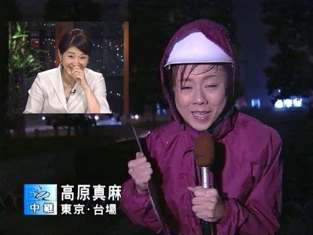 面白画像 お台場で台風リポートを行う高橋真麻アナ、テロップで名前を間違えられる(笑)tvmovie_0038