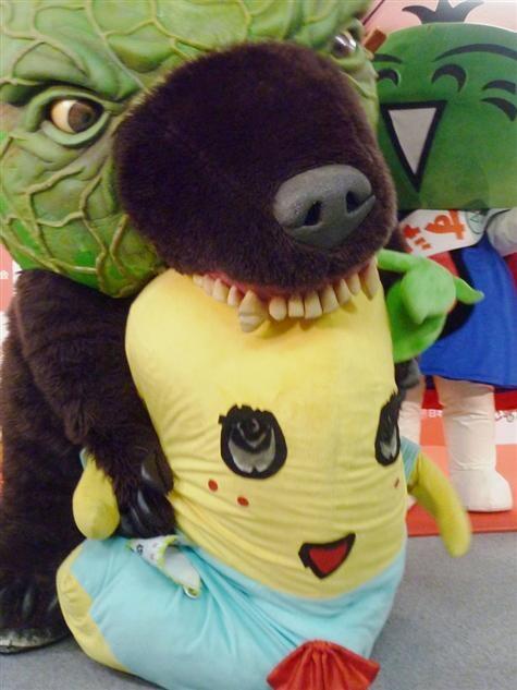面白画像 ふなっしー、北海道物産センター夕張店のマスコットキャラ「メロン熊」に食べられる(笑)chara_0025