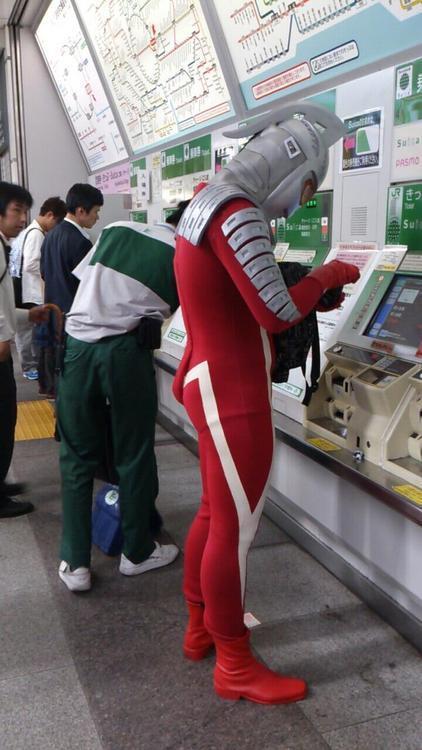 面白画像 駅の券売機で切符を買うウルトラセブン(笑)chara_0026