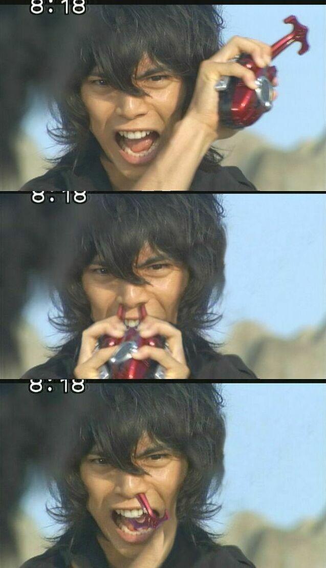 面白画像 『仮面ライダーカブト』の水嶋ヒロ演じる天道総司、カブトゼクターを鼻に突っ込む(笑)chara_0039